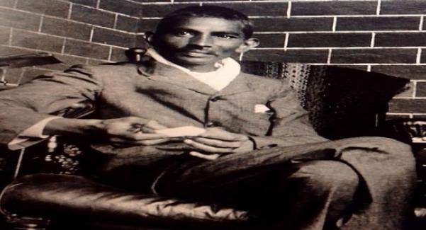 Mahatma Gandi Londra'da hukuk okurken Peters soyadlı, kötü niyetli ve kibirli bir hocası vardı.