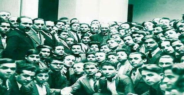 Edirne'de okulları gezen ATATÜRK, Kız Öğretmen Okulu'na da uğrayarak derslere katıldı.