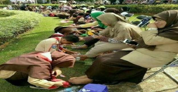 Endonezya'da Anneler Gününde Öğrencilere Okullarda Annelerin Ayaklarını Yıkatırlar