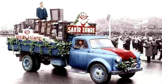 Eski Cumhuriyet Bayramı törenlerinde geçit törenine katılan kurum ve esnaflar traktör römorku veya bir kamyon karoseri üstünde