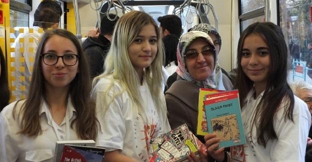 Eskişehir'de Öğrencilerden Örnek Davranış: Öğrenciler Tramvayda Seyahat Eden Vatandaşlara Ücretsiz Kitap Dağıttı
