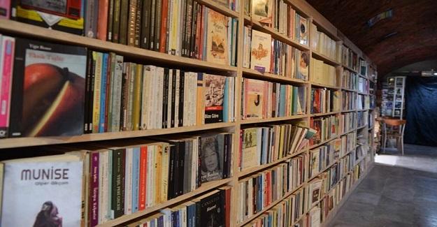 Temizlik İşçilerinden Örnek Olacak Davranış: Çöplerde Buldukları Kitaplarla Kütüphane Kurdular