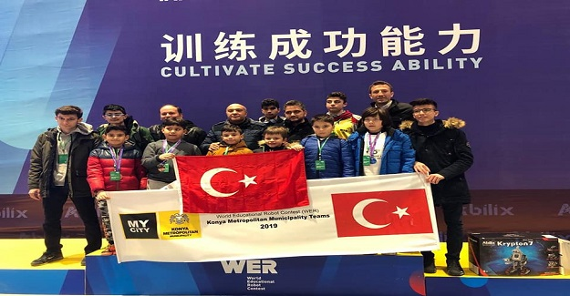 WER (Dünya Egitim Robotları) yarışmasında Ülkemizi temsil eden Karatay Izzet Bezirci Ilkokulu, ilkokullar kategorisinde Dünya 3.sü olmustur.