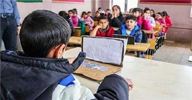 Diyarbakır'da Bir Okulda Kartondan Bilgisayarı Görenler Üzülüyor