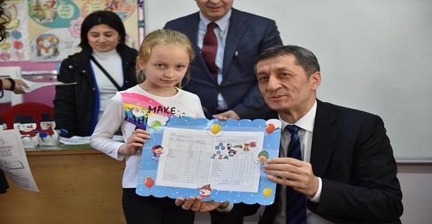 Milli Eğitim Bakanı Ziya Selçuk, 2019-2020 eğitim öğretim yılının ilk karnelerini ilkokulda dağıttı