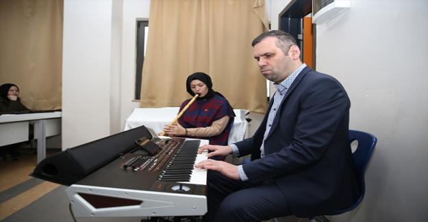 Görme Engelli Müzik Öğretmeni Ahmet Yılmaz Azmiyle Herkese Örnek Oluyor
