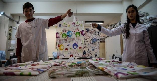Özel Eğitim Meslek Okulu Öğrencileri Atık Kumaşlarla Doğaya Dost Çantalar Üreterek Aile Bütçesine Katkı Sağlıyorlar