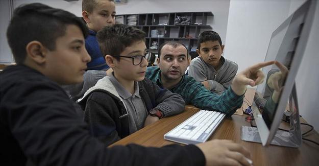 """Serabral Palsi Hastası Öğretmen Okulda Özel Olarak """"Bilgisayar Kurdu"""" Öğrenciler Yetiştiriyor"""