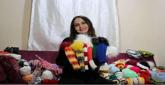 Sosyal Medyada Üşüyen Çocukları Görüp Onlara Yardım Amaçlı Kendi Maaşıyla Çocuklara Bere Örüyor