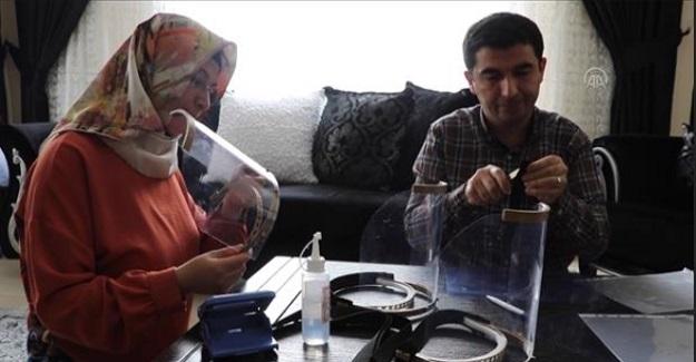 Adana'da Öğretmen Çift Sağlık Çalışanları İçin Siperlik Üretiyor