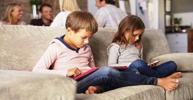 Çocuk-ekran ilişkisinin fazla olmaması gerektiğini savunurken, bu süreçte mecburen okulu ekrana taşıdık.