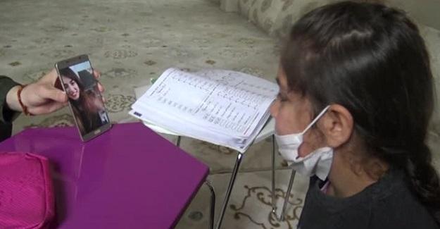 Çok Özlediği Öğretmenini Ekranda Görünce Gözyaşlarına Tutamadı