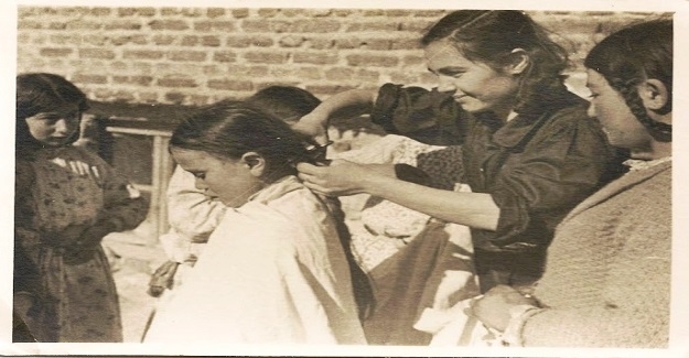 Köy Enstitülerine yeni gelen kız veya erkek öğrencilerin önce okula kayıtları yapılıyor.