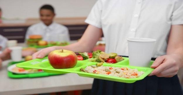 Öğle Yemeğinden Artan Yemekleri Öğrencilerinin Evine Gönderen Okul . Böylece Hiçbir Yemek Çöpe Gitmiyor