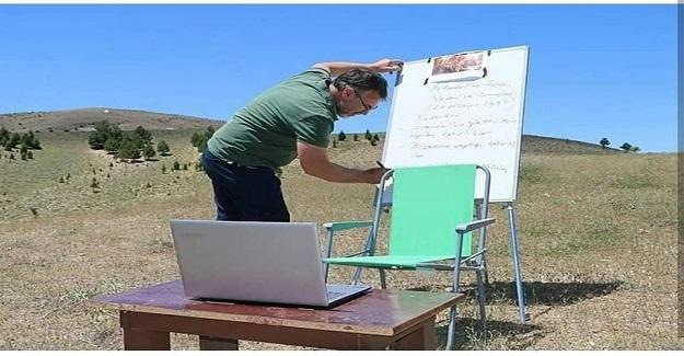 Elazığ'da Yaşayan Ve İnternet Çekmediği İçin 1 Km Uzaklıktaki Tepeye Çıkıp Öğrencilerine Online Ders Veren Öğretmen