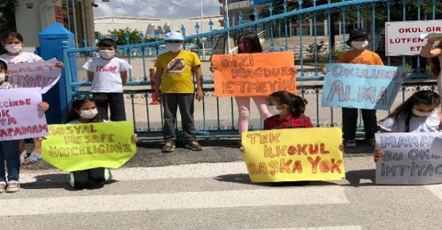 Okullarının kapatılacağı iddiaları üzerine öğrenci ve veliler okul önünde toplandı