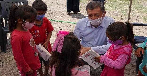"""Milli Eğitim Bakanı Ziya Selçuk, Tarlada Çalışan Çocuklara İlkokul Tatil Kitabı """"Arkadaşı"""" Verdi"""