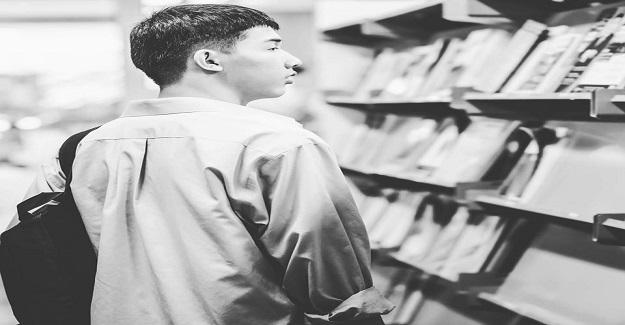 Tıp ögrencisi Bursa'daki Bilge Kitabevi'nin raflarını karıştırırken aradığı kitabı bulduğuna sevindi.