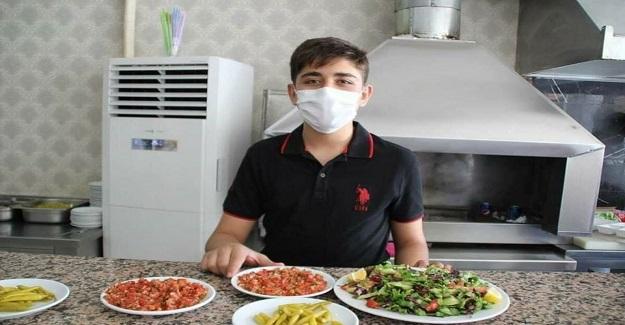 Hiç Bir Kursa Gitmeden, Garsonluk Yaparak LGS'de Türkiye Birincisi Olan Akif Bayram
