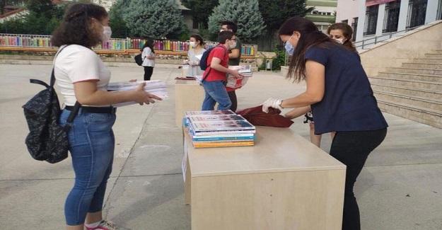 Öğrenciler Okullarıyla Buluşamazsa, MEB Ders Kitaplarını Öğrenciler İçin Hazırladı