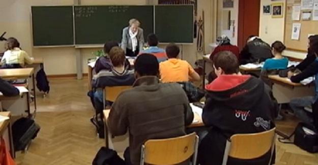 Öğretmen Sınıfa Sürekli Geç Gelen Öğrenciyi Cezalandırıyor Ama, Öğrenci Geç Kalmaya Devam Ediyor