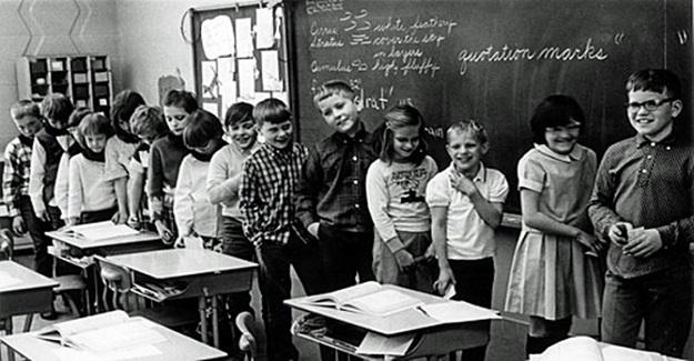 Sadece beyazların yaşadığı bir kasabada 3. sınıf öğrencilerine öğretmenlik yapan Jane Elliott'un ünlü deneyi