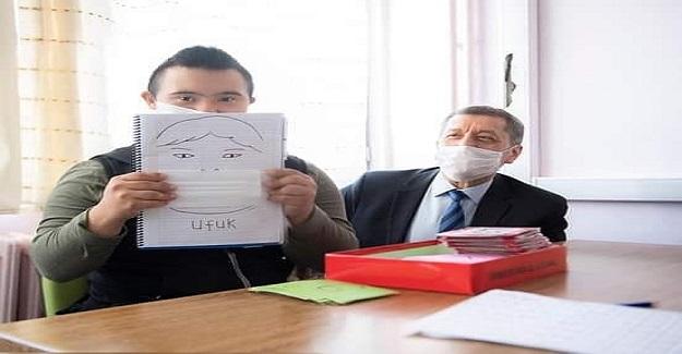 Bakan Ziya Selçuk'tan Özel eğitim öğrencisi Ufuk'a Teşekkür Mesajı