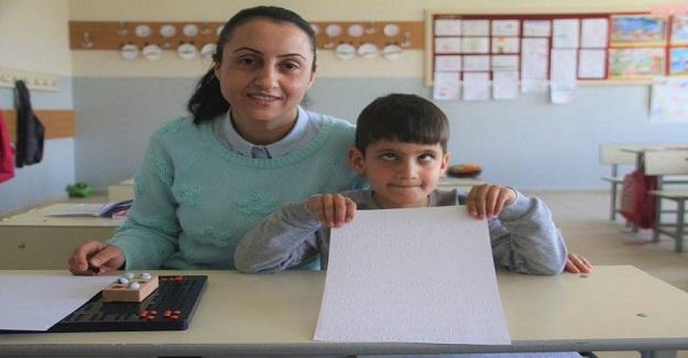 Görme Engelli Öğrencisine Gönüllü Ders Vermek İçin Braille Alfabesini Öğrenen Öğretmen