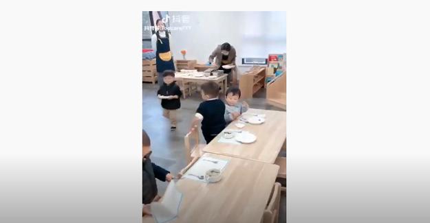 Japonya'da bir anaokulu öğrencileri, öğle yemeklerini tüm hazırlıklarını kendileri yapıp yemeklerini yiyorlar...