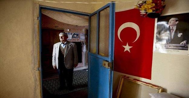 76 Yaşındaki Emin Amca, Köy Meydanında Kendi İmkanlarıyla Kütüphane Kurdu