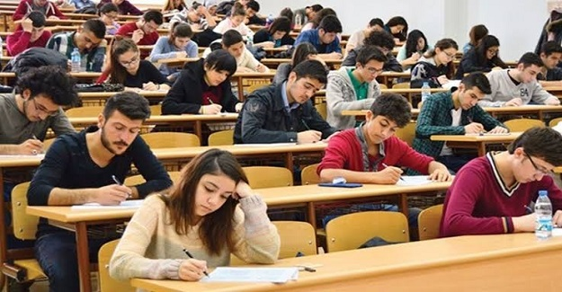 """Hocalardan biri sınıfa gelmiş ve sınav sorusu olarak tahtaya, """"Why?"""" (Neden?) yazmış."""