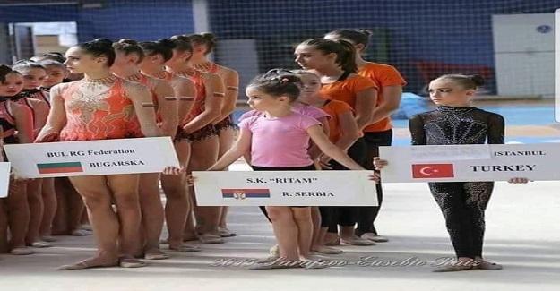 Bu Fotoğrafta Yalnız Duran Kız Çocuğu, Şimdi Dünya Şampiyonu Oldu