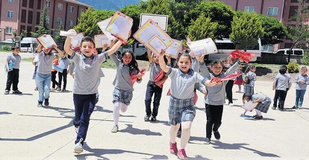 Karneler Verilmeye Başlandı Ancak Okullar, Hala Açık