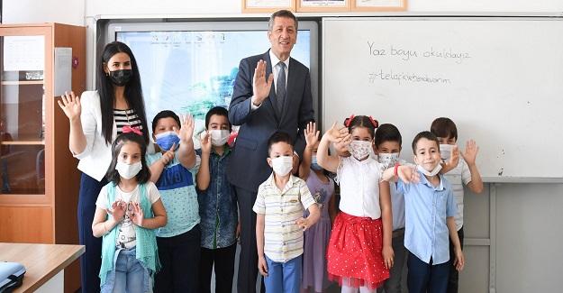 Ziya Öğretmen Köy Okulu Öğrencilerinin Karnelerini Dağıttı