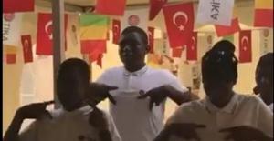 Mali'de işitme engelliler okulunda öğrencilerin işaret dili ile İstiklal Marşımızı okumaları etkileyici bir manzara oluşturdu.