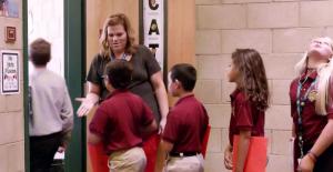 Öğrencileri Sınıf Kapısında Güler Yüzle Karşılamak; Hem Öğrenciler Hem de Öğretmenler İçin Fayda Sağlıyor