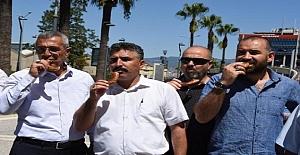 İzmir'de Görev Yapan Memurlar, Hükümetin Zam Oranı Teklifini Gevrek Yiyerek Protesto Etti