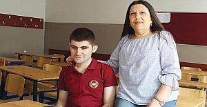 Münevver öğretmen ve öğrencilerinin seslendirdiği soru bankalarıyla sınava hazırlanan görme engelli öğrenci Oğuzhan Osral hukuk fakültesini kazandı.