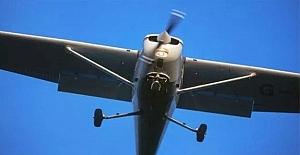 İlk dersinde eğitmen bayılınca, öğrenci uçağı tek başına indirdi