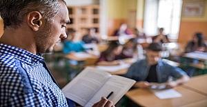 Bir Öğretmen Ortaokul Öğrencilerine Kitap Okumanın Önemini Anlatıyor