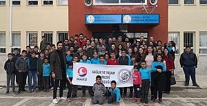 Öğrencileri Mutlu Etmek Adına Üniversite Öğrencileri Köy Okullarının KapılarınıÇizim Yapıp Boyadı ve Öğrencilere ilk Yardım Eğitimi Verdi
