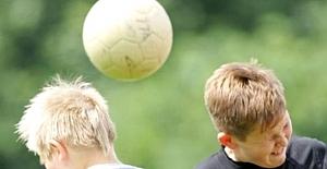 Doktorlardan Uyarı: Çocukların Futbol Topuna Kafa İle Vurmaları Yasaklanmalı