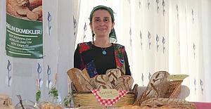Evinde yaptığı ekmekleri satarak kızlarını okutuyor