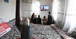 Öğretmen TV'si Olmayan Öğrencilerine Ders Takibi Yapmaları İçin Televizyon Hediye Etti