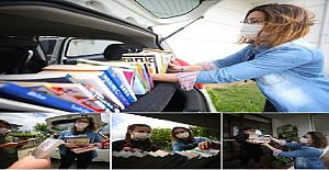 Salgın Döneminde Öğrencileri Kitapsız Kalmasın Diye Kapı Kapı Dolaşıp Onlara Kitap Dağıtan Koca Yürekli Öğretmen