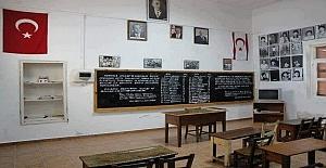 Kara tahtada da isimlerin yazılı bulunduğu bu ilkokul sınıfı Kuzey Kıbrıs Türk Cumhuriyeti'ndedir.