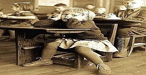 Öğretmenler çocuktan sürekli şikayetçi olunca, okul aileyi çağırıyor ve çözüm bulmalarını istiyorlar.