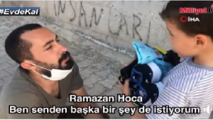 Bayramlık Dağıttığı Sırada Kendisinden Tablet İsteyen Küçük Çocuğa Tablet Hediye Eden Ramazan Öğretmen