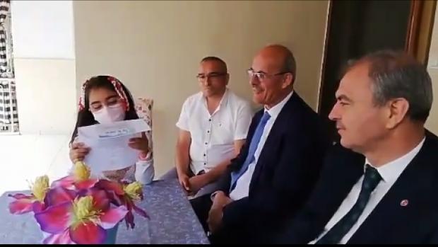 Evde eğitim gören öğrencinin bakanın mektubunu okuyunca mutluluğunu gösteren videosu